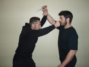 alt KRAV MAGA DEFENSA PERSONAL ATAQUE CUCHILLO VERTICAL